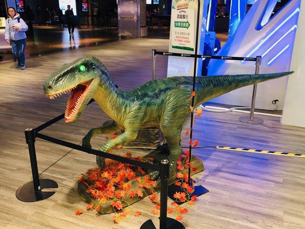 仿真龍皮工藝打造的恐龍,個個生動逼真,其中兩隻炫光騎乘龍,還可自底部發出LED光...
