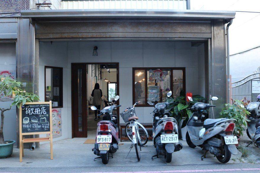 苑裡掀海風建立書店「掀冊店」提供大眾不同的文化及資訊交流空間。 攝影/劉悦蓉