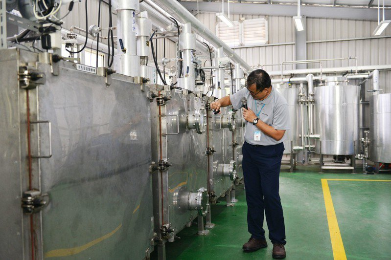 在「乾式厭氧醱酵技術」綠能驗證示範場域,現場聞不到腐臭味,更像是高科技業的生產線工廠。