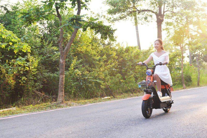 由工研院研發的鋁電池電動自行車只需充電12分鐘就可以跑15到20公里,未來打入應用市場,商機無可限量。