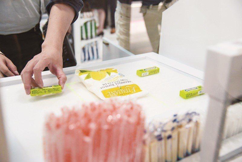 統一超商第二家無人商店(X-STORE)去年開幕,店內自助結帳系統可自動掃描辨別...