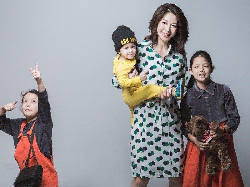 丁寧帶3個孩子接受雜誌訪問。圖/媽媽寶寶提供