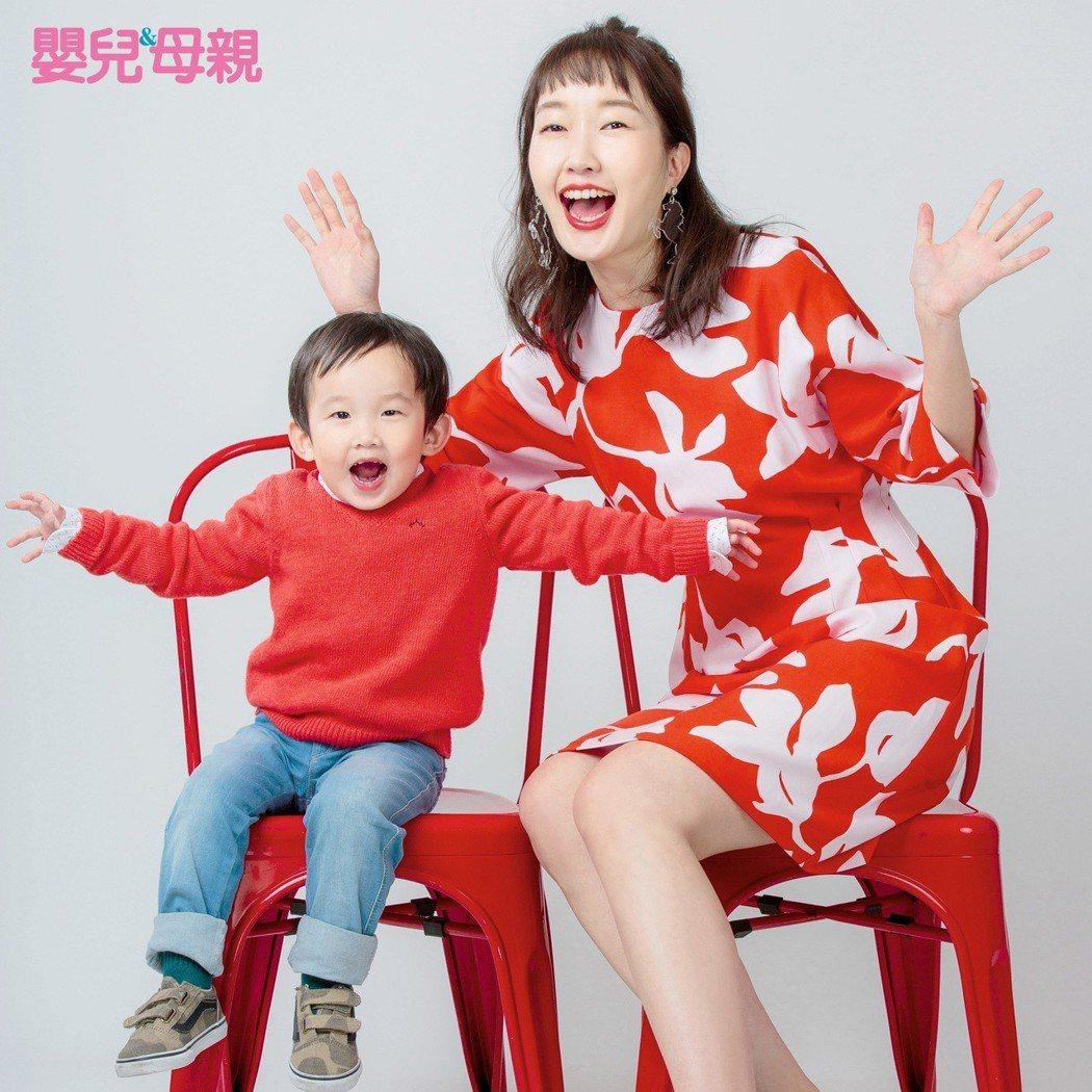 巴鈺帶著2歲多的兒子恩典拍攝雜誌封面。圖/嬰兒與母親提供