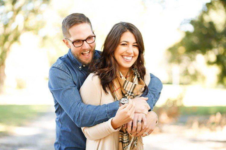 情侶間敢互相開玩笑,感情才能持久。圖/摘自pelexs