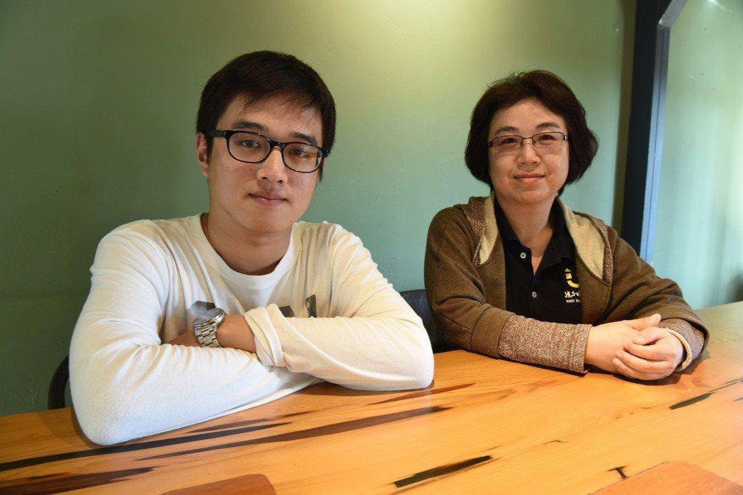 「孩子的書屋」諮商心理師馮彥翔(左)與督導陳秋蓉,在書屋孩子們親手蓋起的「黑孩子...