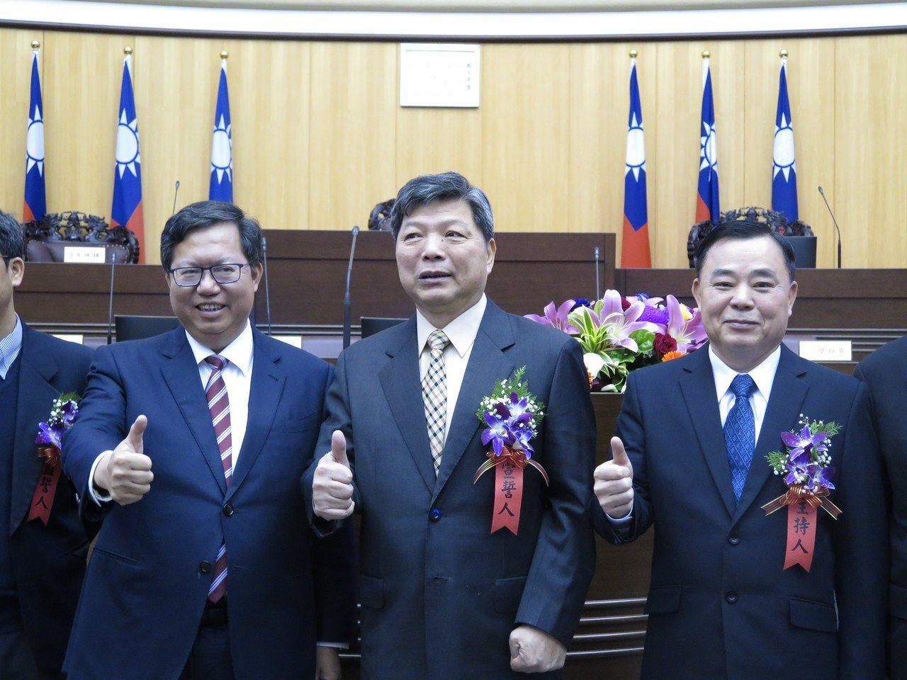 桃園市議員張運炳(中)今天補宣誓後,和市長鄭文燦(左)、議長邱奕勝(右)等人大合...