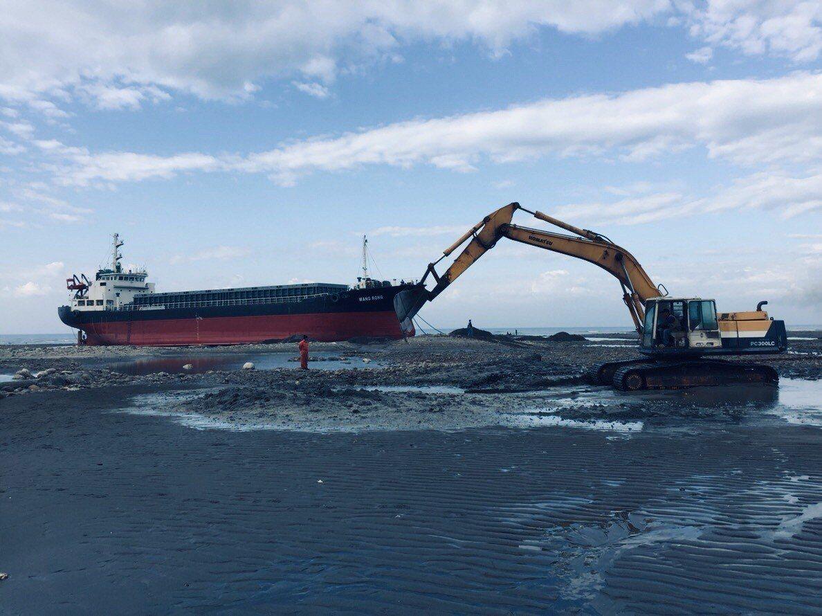 拖救團隊使用大型機具開挖水道使旺榮輪調頭。圖/航港局提供