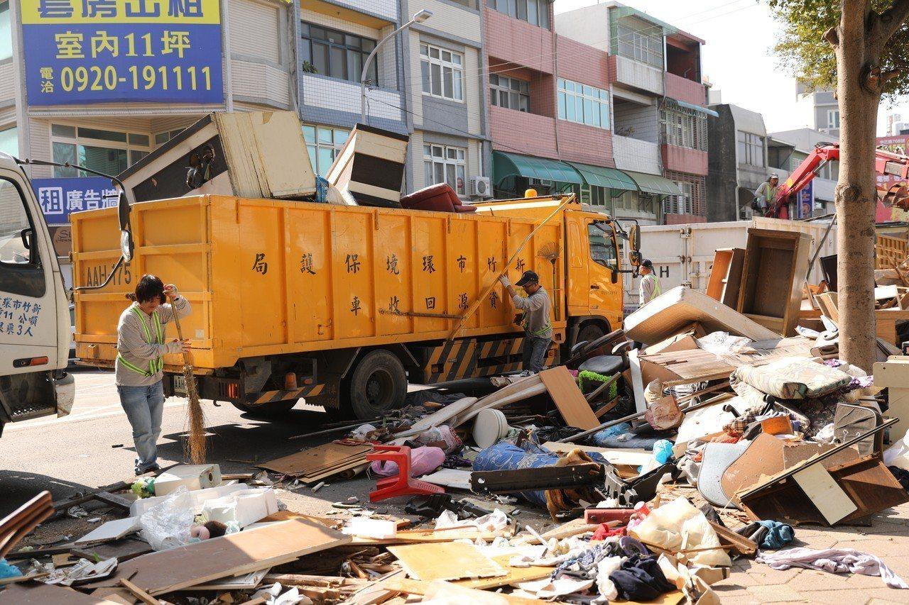 環保局長江盛任表示,鐵道路髒亂點以棄置沙發、床墊等大型家具為主,垃圾包、裝璜用木...