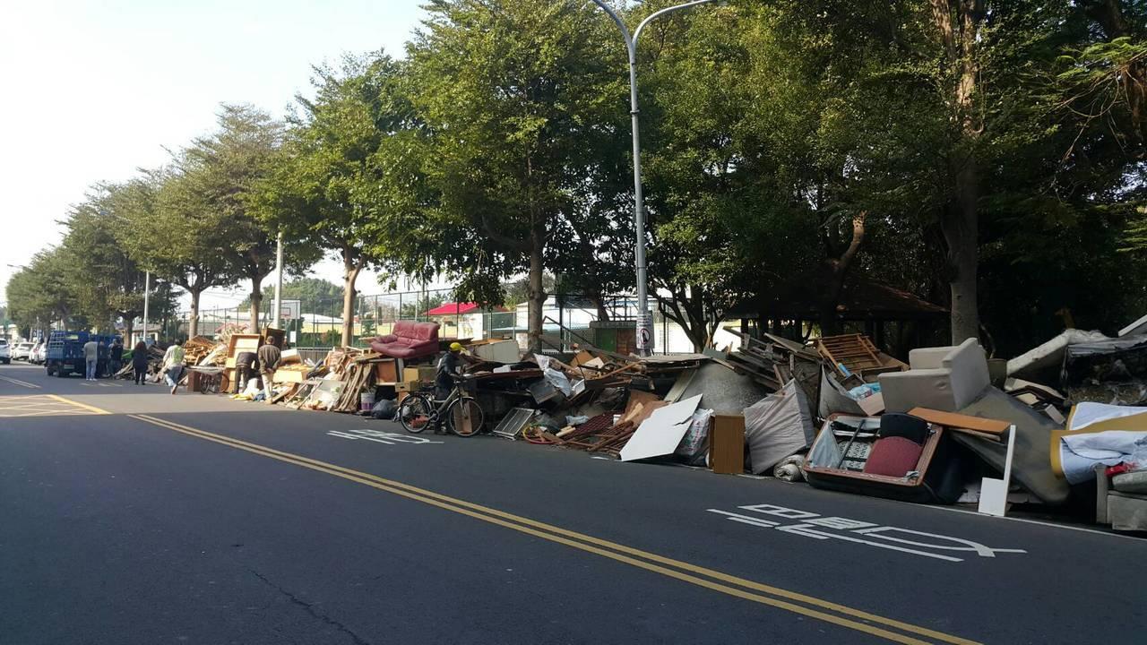 新竹市環保局日前接獲民眾通報,鐵道路沿線遭惡意棄置大量廢棄物。圖/市府提供