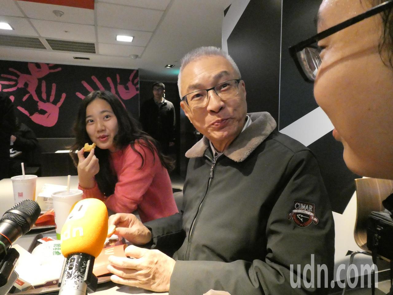 農曆春節將屆,國民黨主席吳敦義今天中午邀請媒體到麥當勞簡單餐敘。談到喜歡美式食物...