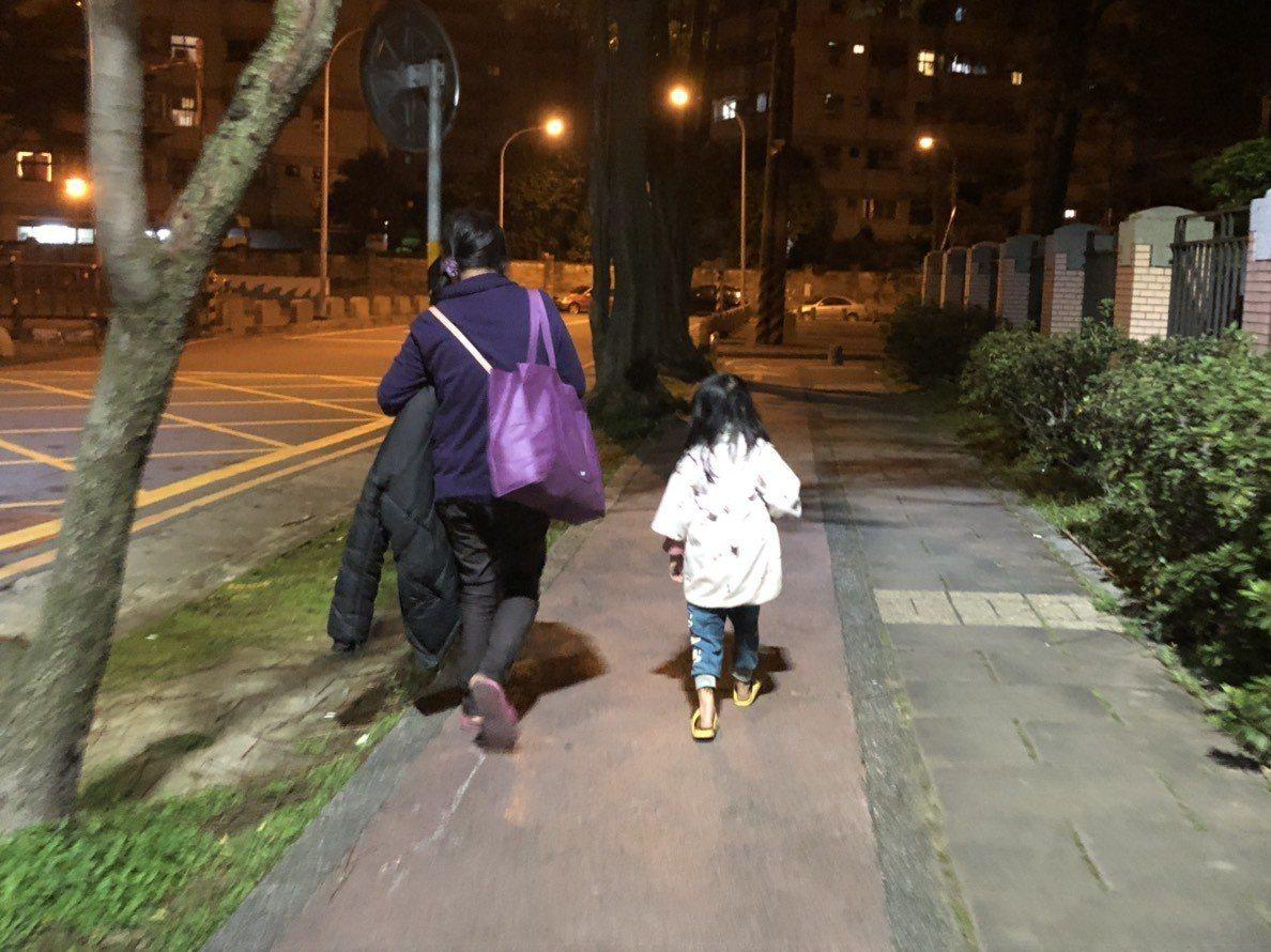 彭婦(左)靠撿資源回收維生,常帶著綺綺(右)一天走上10多公里的路。記者曾健祐/...