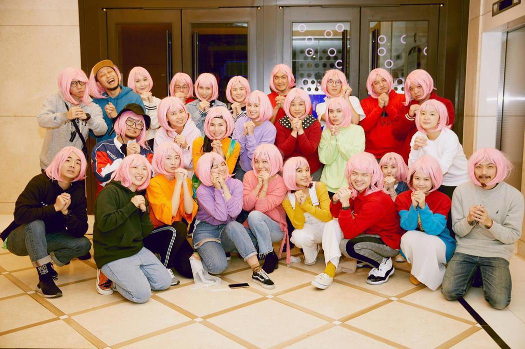 鬼鬼吳映潔尾牙,要參與的人員都戴上粉紅色假髮。圖/吳映潔工作室提供