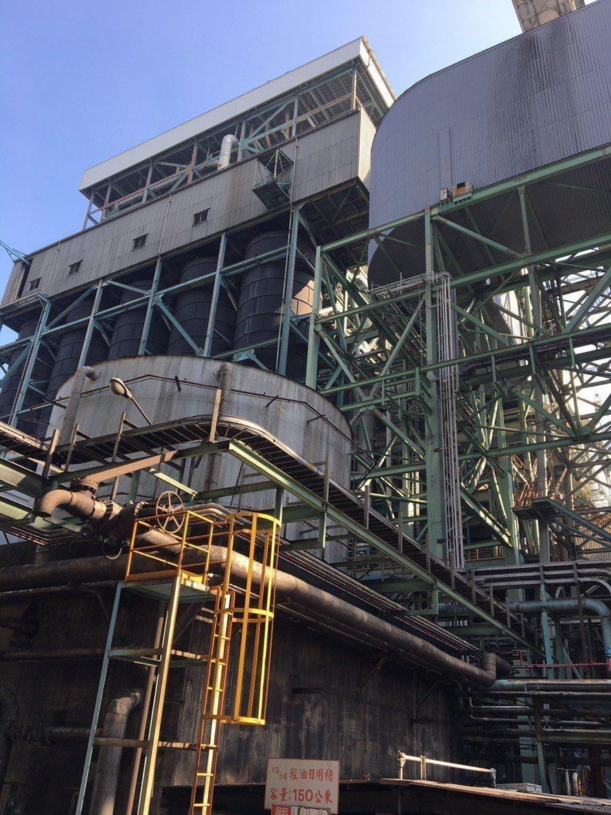 高雄市環保局有條件核發興達燃煤機組展延許可證,要求秋冬減煤、部分停機。圖/高雄市...