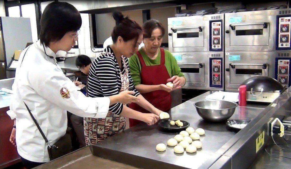 新北市補助智光商工在假日開設新住民烘焙丙級證照班。記者張錦弘/攝影