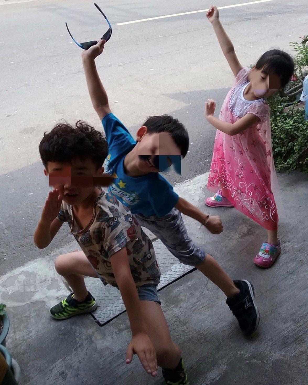 台南下營和阿嬤一起喪生火窟的馮姓哥哥(左)和妹妹(右)活潑可愛。記者吳淑玲/翻攝