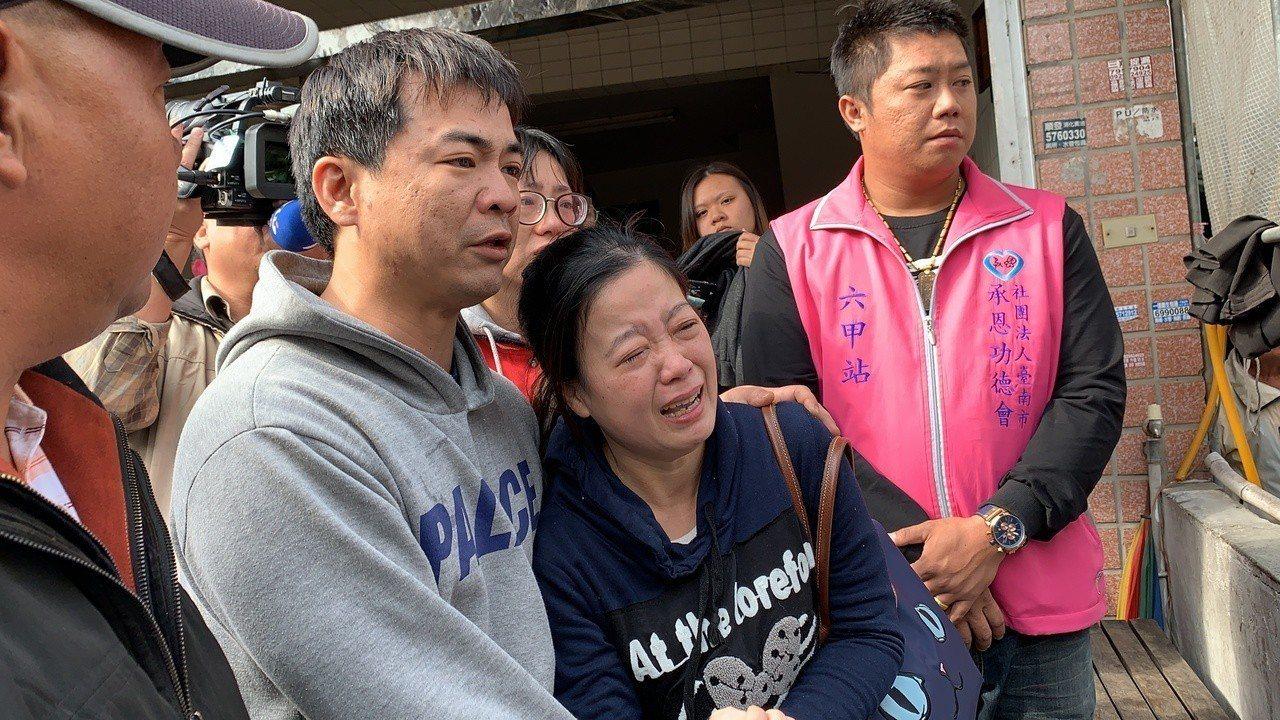 台南下營火警造成兩名兄妹燒死,兩幼童媽媽傷心哭倒在先生懷中。記者吳淑玲/攝影