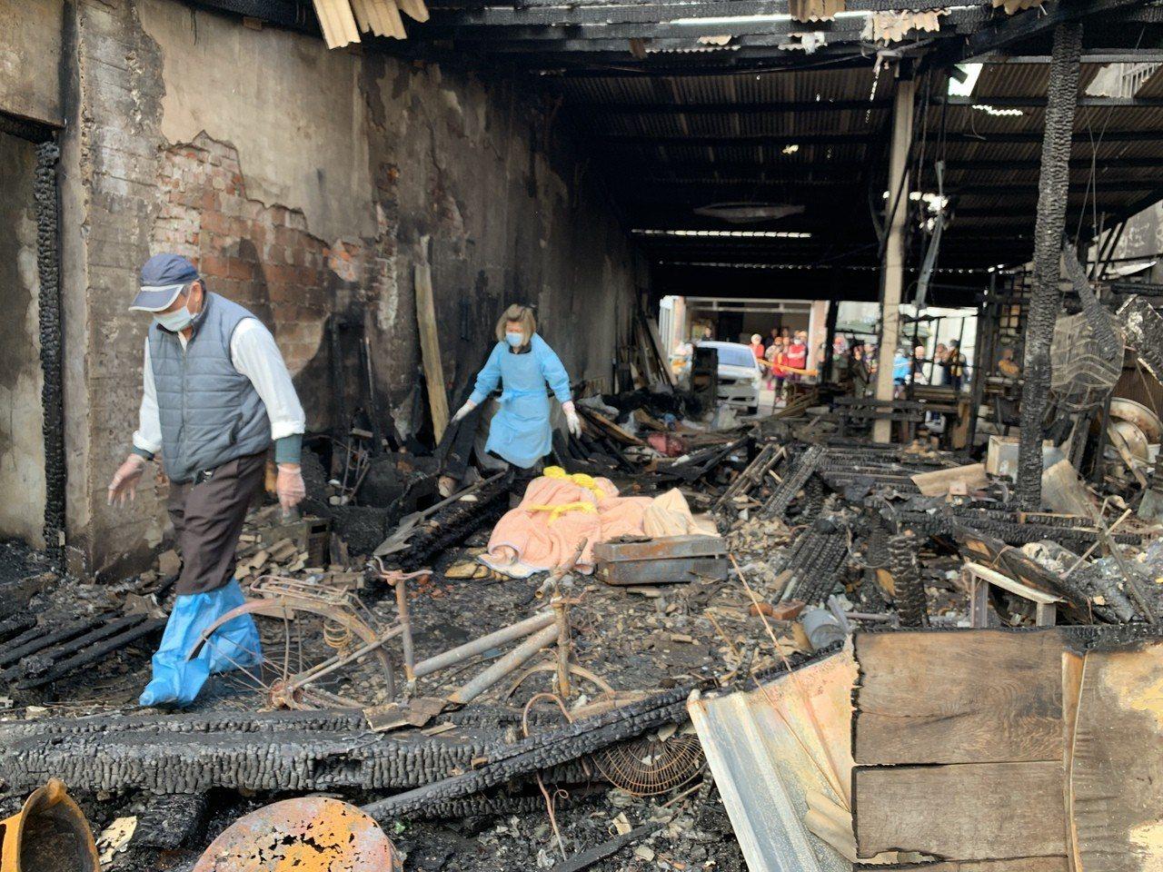 台南下營阿嬤和兩名孫子一起喪生火窟,遺體移出時家屬傷心欲絕。記者吳淑玲/翻攝絕