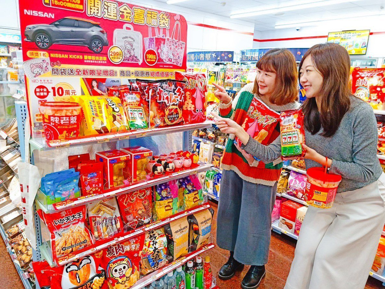 小七首次集結近40種的巧克力、餅乾、玩具、啤酒等商品,組合成「幸運貨架」。 圖/...