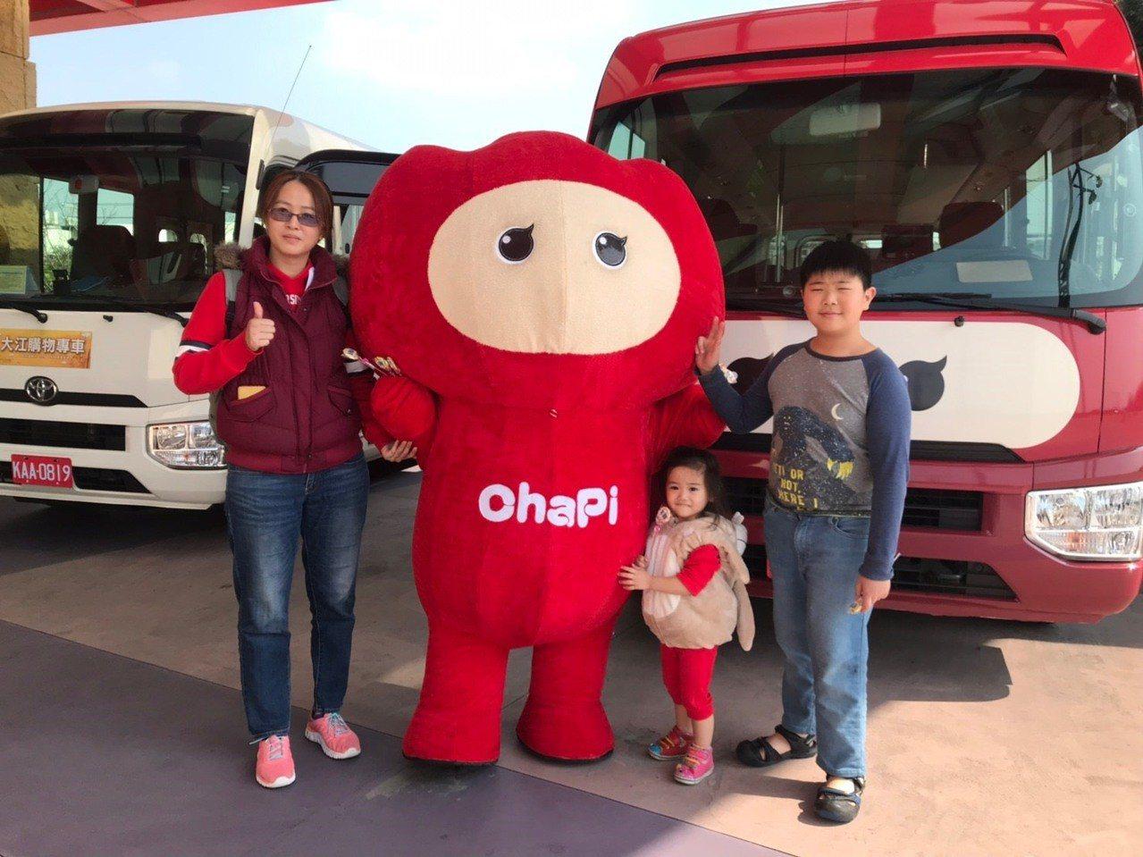 ChaPi BUS大江接駁車新裝上路,吸引消費者合照。圖/大江國際購物中心提供