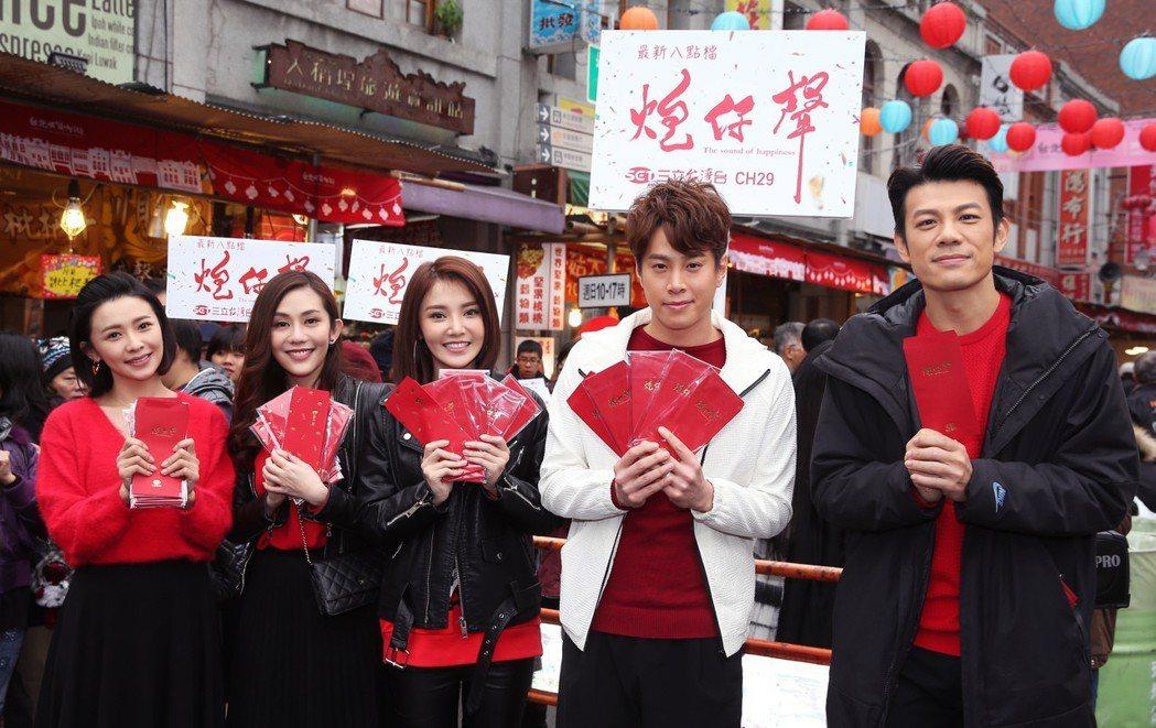三立《炮仔聲》演員吳婉君(左起)、王宇婕、陳子玄、吳東諺、陳志強到迪化街年貨大街