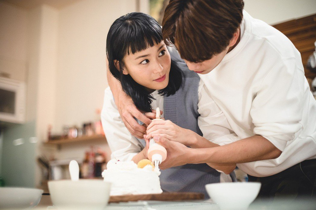 鍾瑶(左)、林子閎在戲中親密互動,狂放粉紅泡泡。圖/東森提供