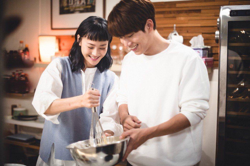 鍾瑶(左)、林子閎在戲中進展到同居階段,甜蜜做蛋糕不斷放閃。圖/東森提供