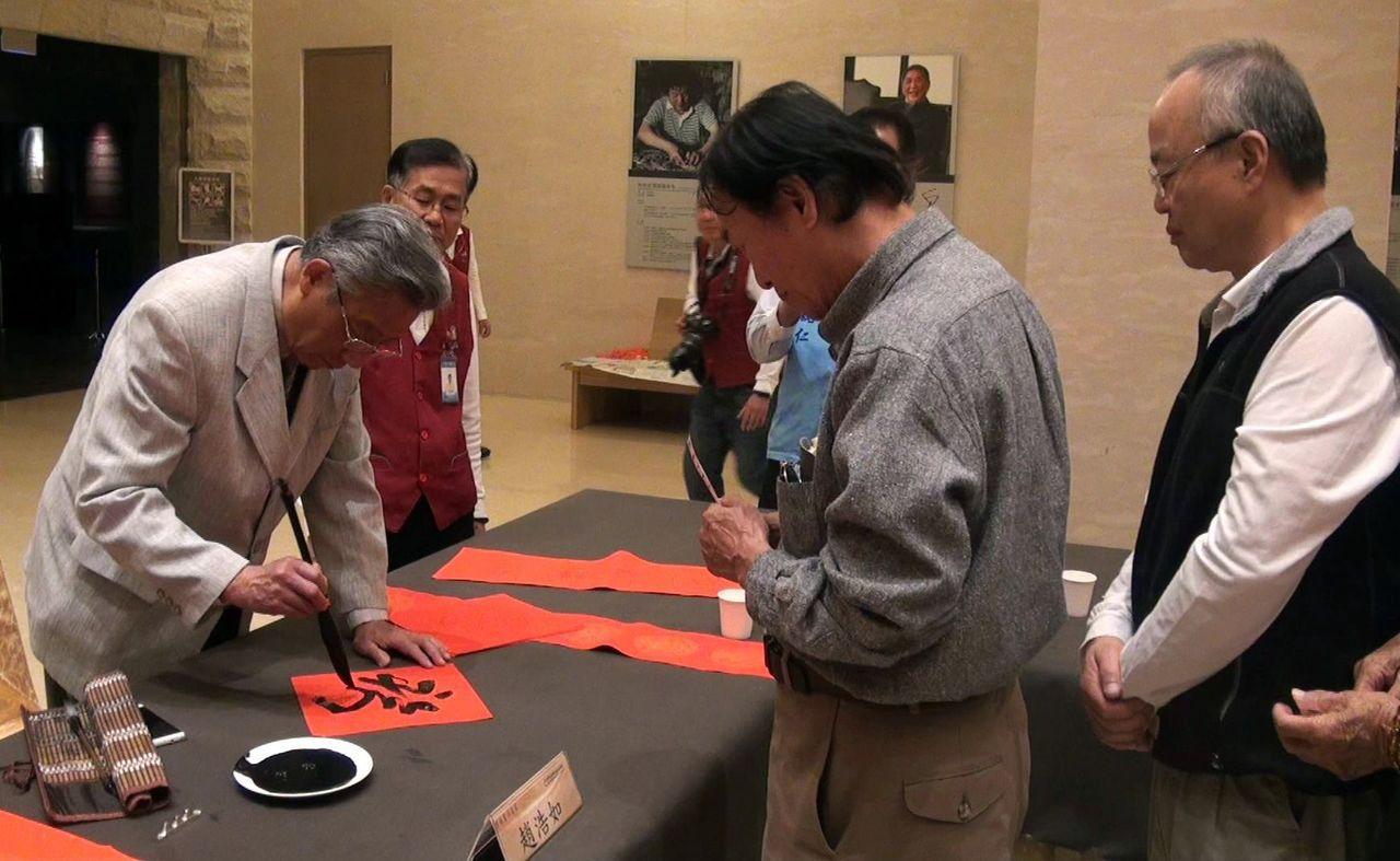 雲南藝術家趙浩如(左一)在佛陀紀念館揮毫,吸引許多民眾求字。記者王昭月/攝影
