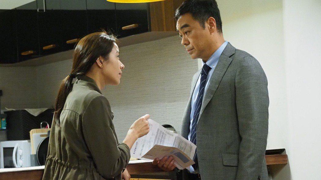 劉青雲與林嘉欣在警匪動作片「廉政風雲 煙幕」扮演一對夫妻,用可愛狗狗傳情。圖/華