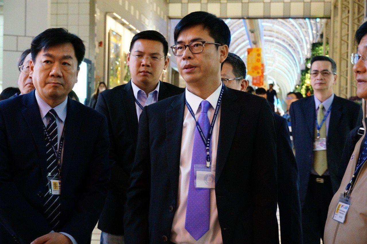 行政院副院長陳其邁(前左三)被問到外界拱韓國瑜選總統,他表示要不要參選要問韓國瑜...