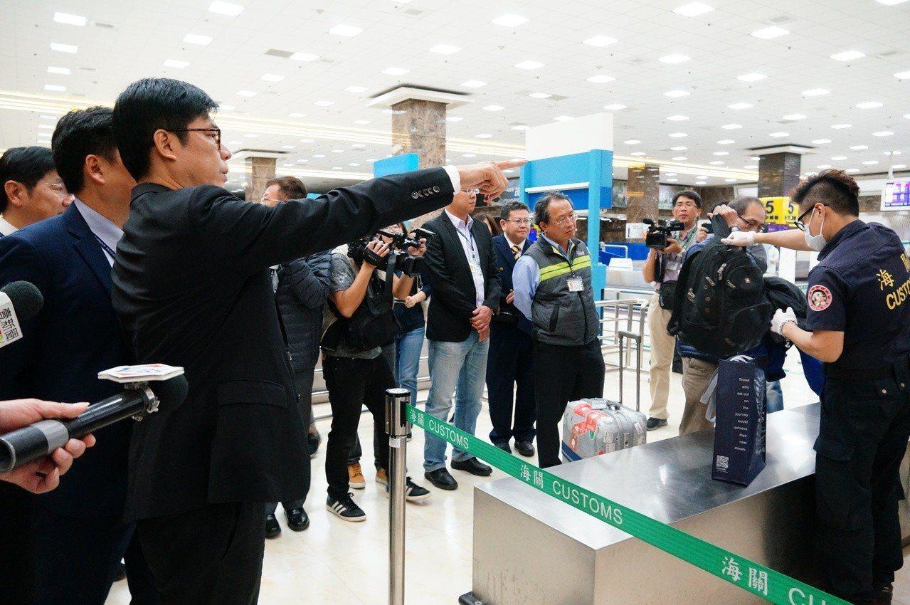 陳其邁(左三)視察海關開行李檢查。記者林伯驊/攝影