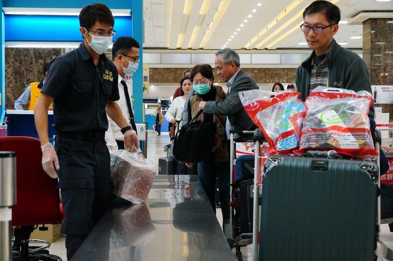 高雄機場百分之百清查從高風險地區入境的旅客行李。記者林伯驊/攝影