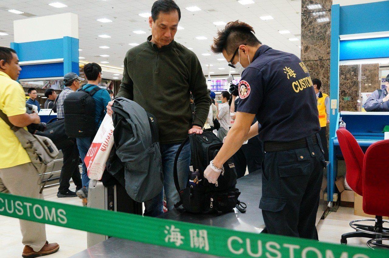 海關全面檢查旅客行李。記者林伯驊/攝影