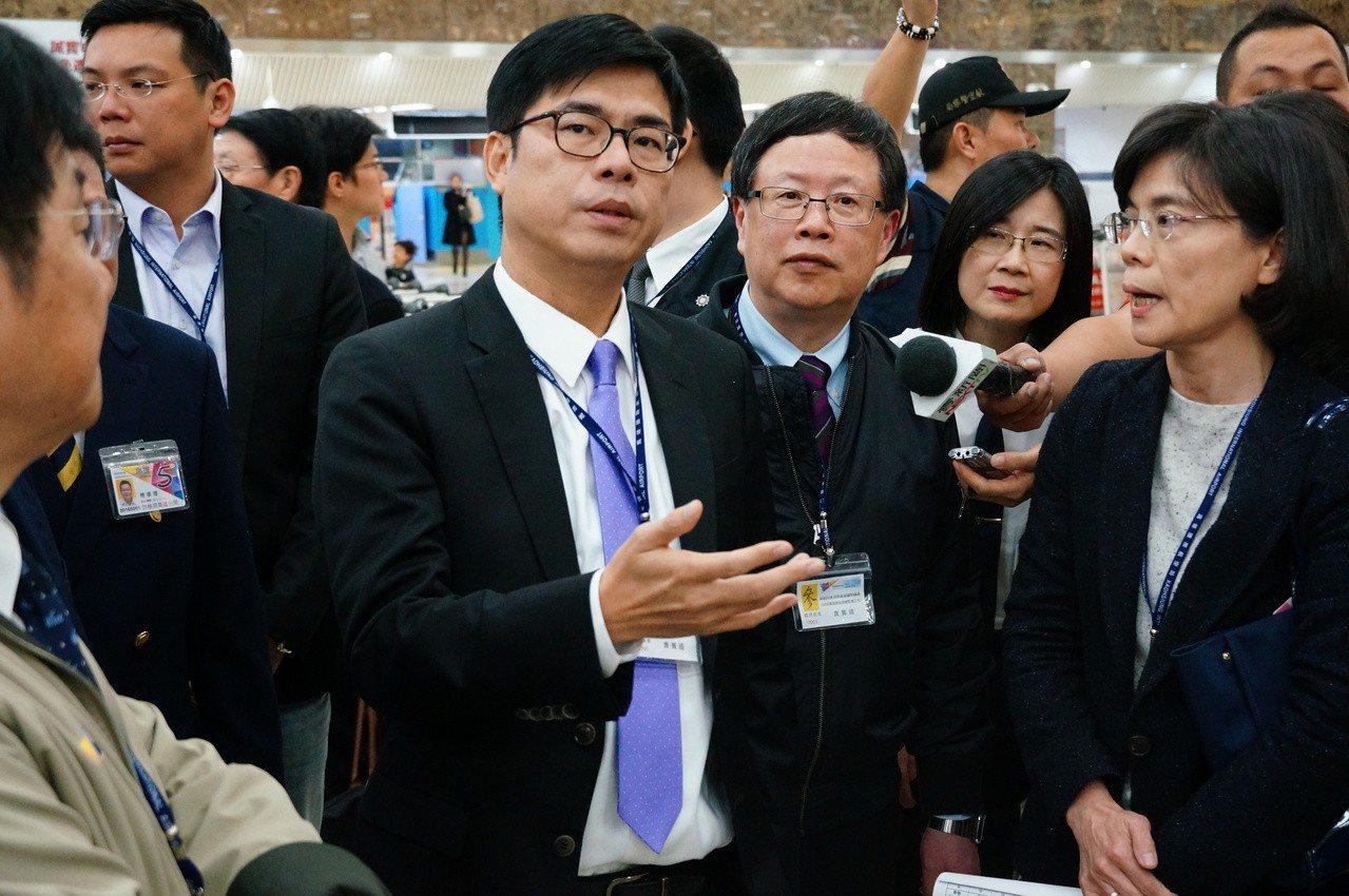 陳其邁(前右四)今天於高雄國際機場視察約1小時。記者林伯驊/攝影