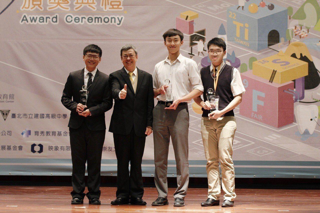 副總統陳建仁(左二)與青少年科學獎得主合影。圖/國立台灣科學教育館提供
