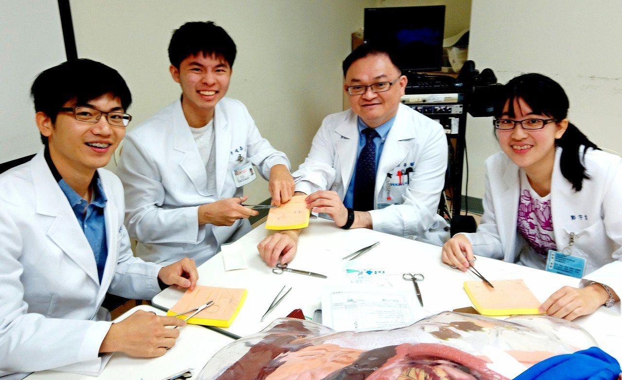 新光醫院急診醫學科主任張志華與學生。圖/張志華提供