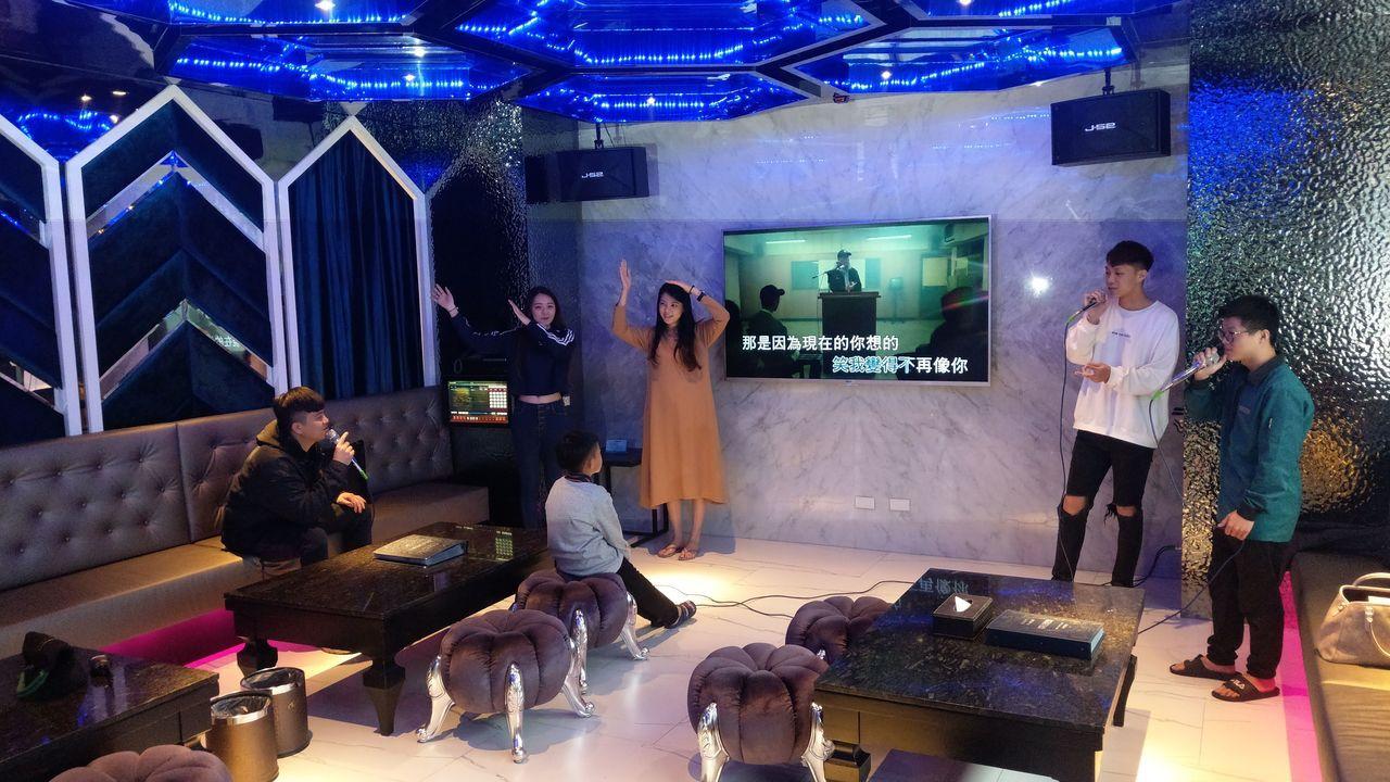 台中水雲端旗艦概念旅館的旗艦型套房,配備豪華KTV。記者趙容萱/攝影