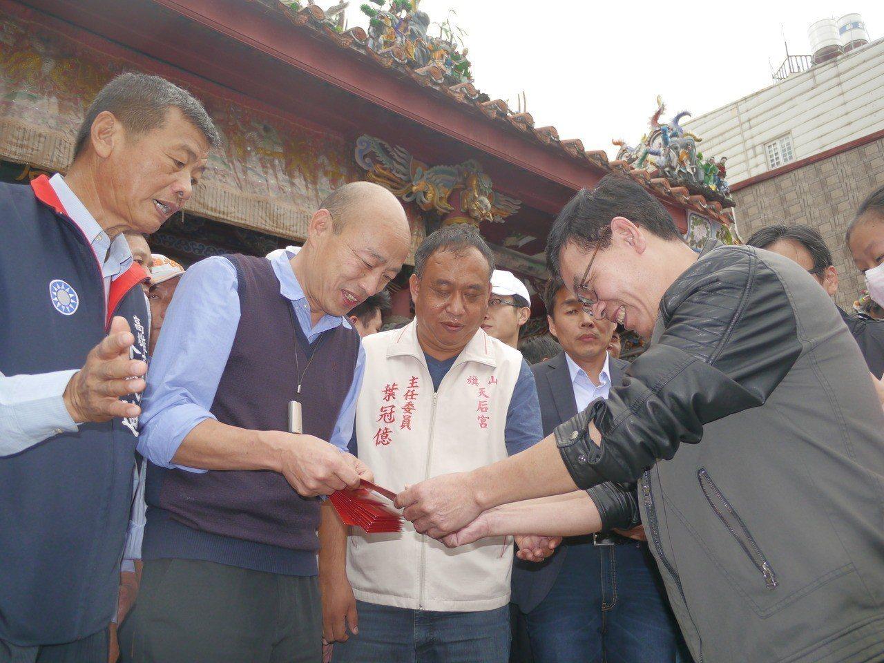 高雄市長韓國瑜到旗山天后宮發送過年紅包,熱情鄉親大排長龍。記者徐白櫻/攝影