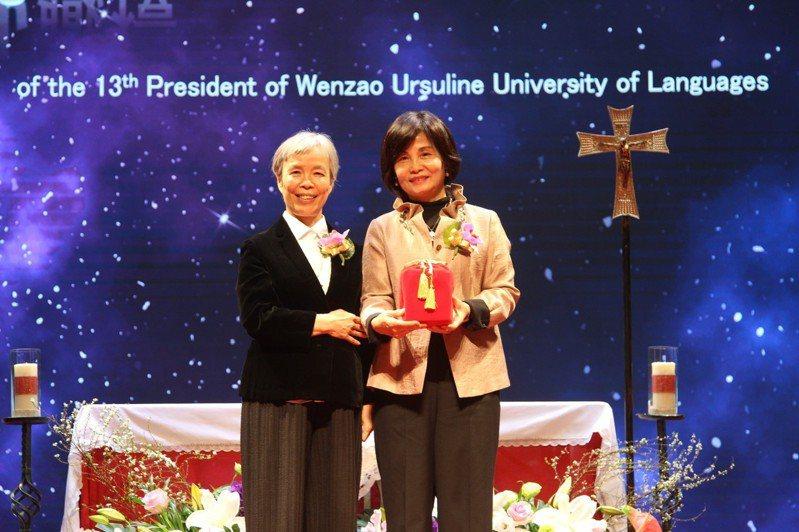 文藻外語大學舉行「新任校長就職典禮暨感恩彌撒」,由陳美華教授(右)接任第十三任校長。圖/文藻外大提供