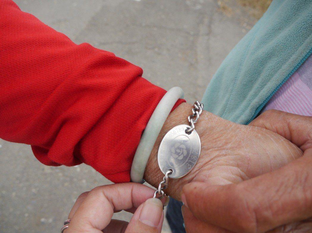 蔡家阿嬤手上戴著預防走失的辨識手鍊。記者徐白櫻/攝影