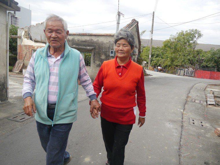 為預防走失,蔡魯出門一定會牽緊妻子的手,兩人形影不離。記者徐白櫻/攝影