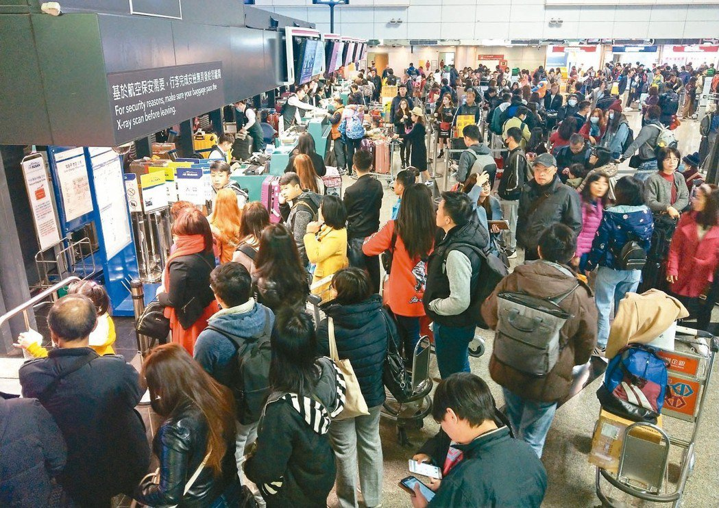 今天是春節連假首日,不少民眾昨天提早放假出國,桃機第二航廈出境大廳有不少排隊辦理...