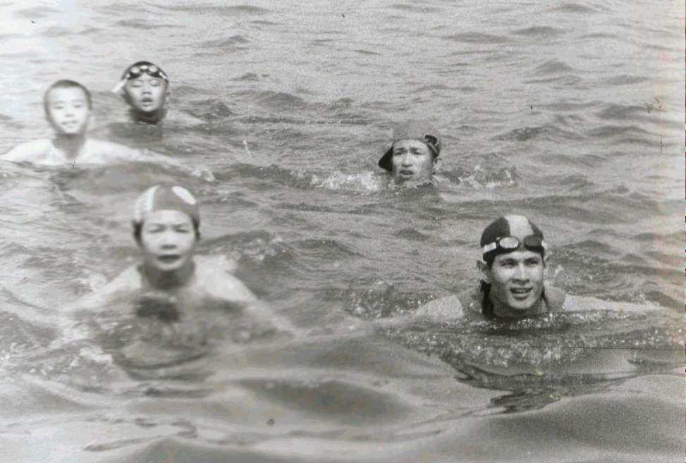 1987年長泳好手王瀚(右一)在愛河游泳。  圖/聯合報系資料照片