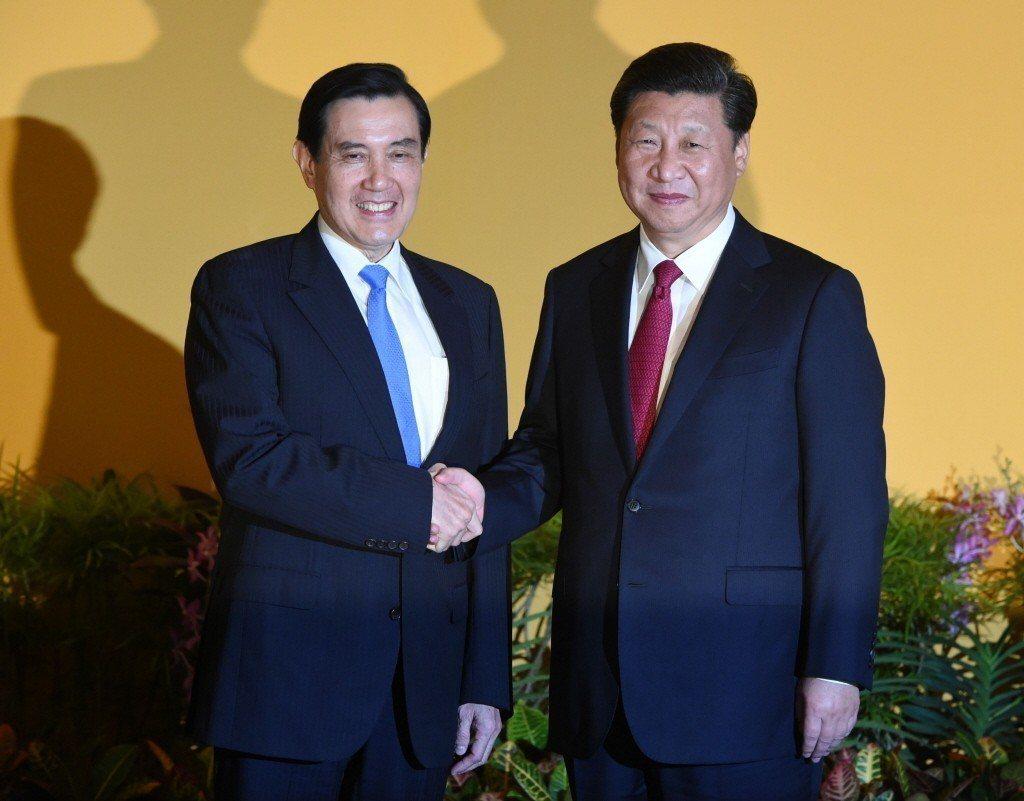 2015年,馬英九(左)與中國大陸主席習近平見面,握手達81秒鐘。 (美聯社)