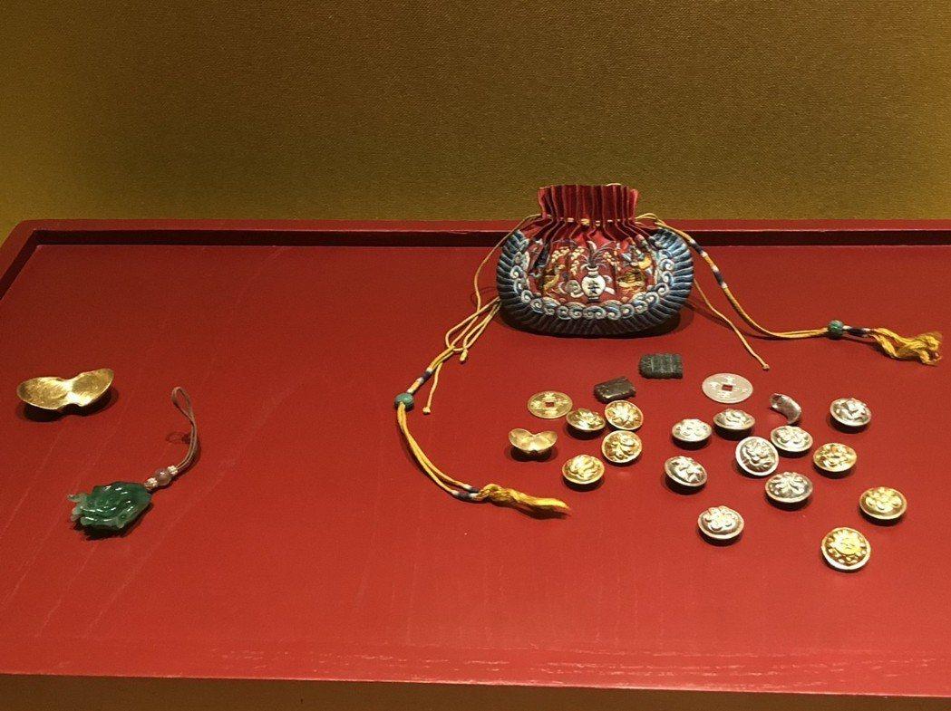 皇帝過年也會發紅包,裝有金銀元寶的荷包「饋歲」就是當時的紅包。 記者許依晨/攝影