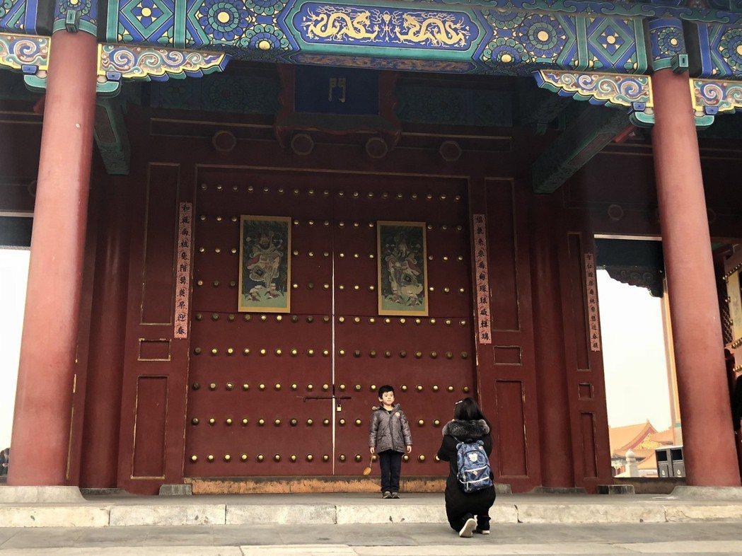 北京故宮在宮殿門口懸掛春聯與門神賀新春。 記者許依晨/攝影