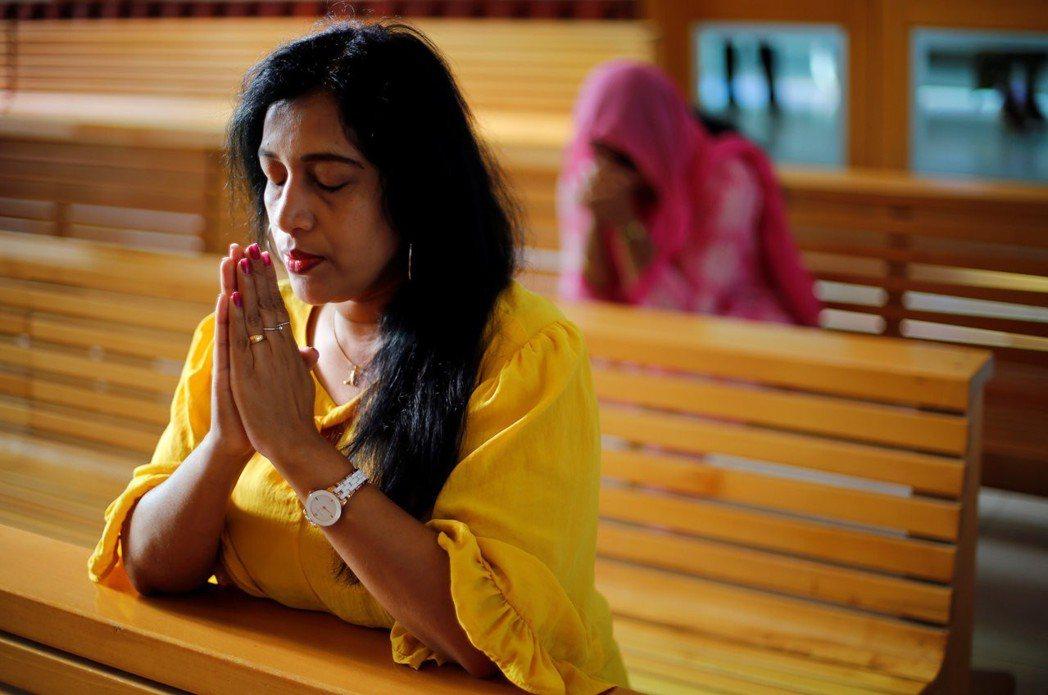 旅居杜拜的外籍人士在天主教聖方濟教堂祈禱。 (路透)