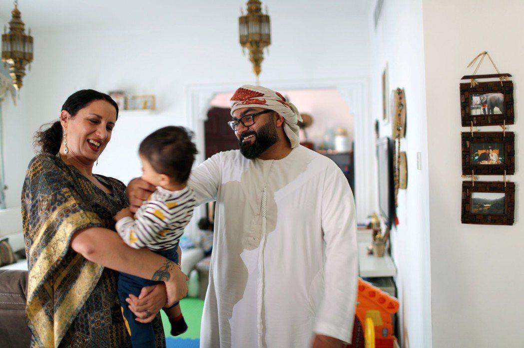 穆斯林男子薩伊德與信奉天主教的女子李席翁結婚,定居杜拜,但當地律法並不允許穆斯林...