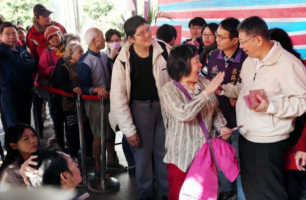 台北市長柯文哲日前至榮濱商圈走街發送豬年發財金,許多民眾一早排隊請紅包,更有熱情...