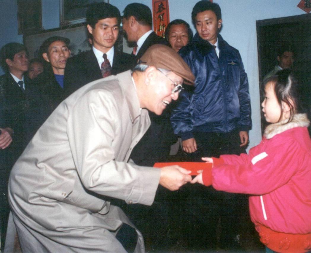 李登輝當上台灣第一任民選總統後,首創春節發送民眾紅包的舉動。 圖/聯合報系資料照...