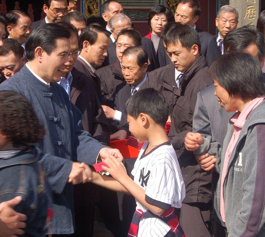 馬英九任總統時改發巧克力金幣紅包,紅包袋裡裝的是包著金亮錫箔的圓形巧克力,紅包袋...